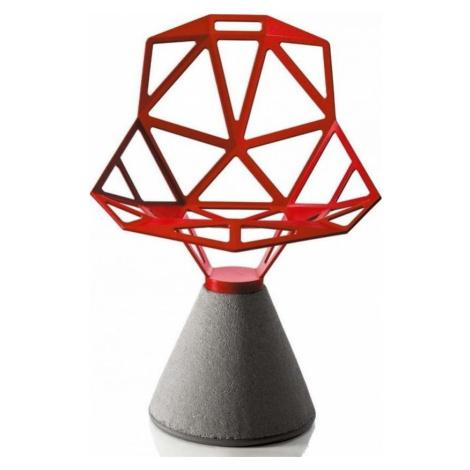 Červená židle s betonovým podnožím Magis One