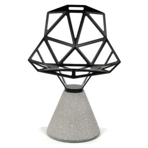 Černá židle s betonovým podnožím Magis One