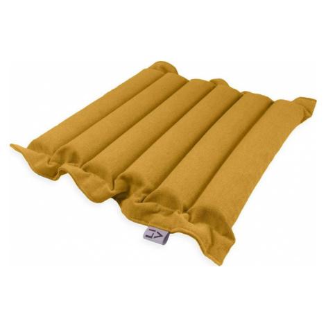 Tmavě žlutý sedací polštářek s masážními míčky Linda Vrňáková Waves, 50 x 50 cm