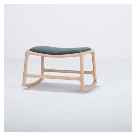 Podnožka s konstrukcí z dubového dřeva se zeleným textilním sedákem Gazzda Dedo